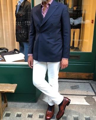 Cómo combinar una camisa de manga larga con unos zapatos oxford: Intenta ponerse una camisa de manga larga y un pantalón chino blanco para conseguir una apariencia relajada pero elegante. Agrega zapatos oxford a tu apariencia para un mejor estilo al instante.