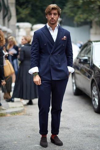 Cómo combinar un mocasín de ante en marrón oscuro: Considera ponerse un blazer cruzado azul marino y un pantalón chino azul marino para lograr un estilo informal elegante. Elige un par de mocasín de ante en marrón oscuro para mostrar tu inteligencia sartorial.