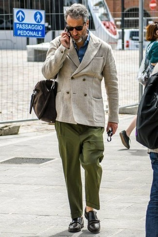 Cómo combinar una bolsa de viaje de cuero en marrón oscuro: Elige un blazer cruzado de lino en beige y una bolsa de viaje de cuero en marrón oscuro para cualquier sorpresa que haya en el día. Dale onda a tu ropa con zapatos con doble hebilla de cuero negros.