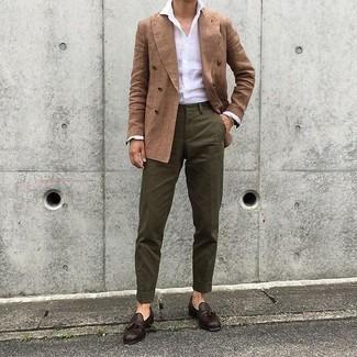 Cómo combinar un mocasín con borlas de cuero marrón: Equípate un blazer cruzado marrón junto a un pantalón chino verde oliva para lograr un look de vestir pero no muy formal. Con el calzado, sé más clásico y opta por un par de mocasín con borlas de cuero marrón.