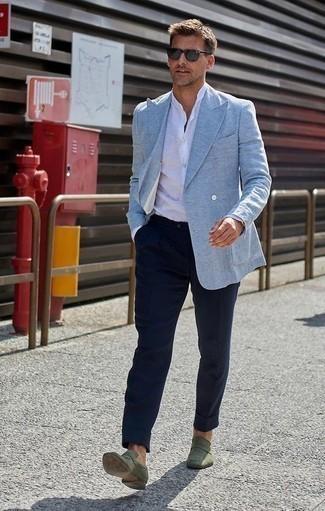 Cómo combinar una camisa de manga larga de lino blanca: Equípate una camisa de manga larga de lino blanca junto a un pantalón chino azul marino para lidiar sin esfuerzo con lo que sea que te traiga el día. ¿Te sientes valiente? Elige un par de mocasín de ante verde oliva.