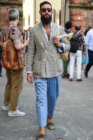 Cómo combinar un pantalón chino celeste: Intenta ponerse un blazer cruzado de tartán gris y un pantalón chino celeste para después del trabajo. ¿Te sientes valiente? Opta por un par de mocasín de cuero en beige.