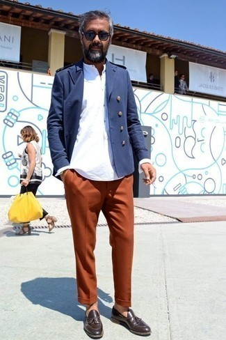 Cómo combinar una camisa de manga larga con un mocasín con borlas: Elige una camisa de manga larga y un pantalón chino naranja para conseguir una apariencia relajada pero elegante. ¿Te sientes valiente? Opta por un par de mocasín con borlas.