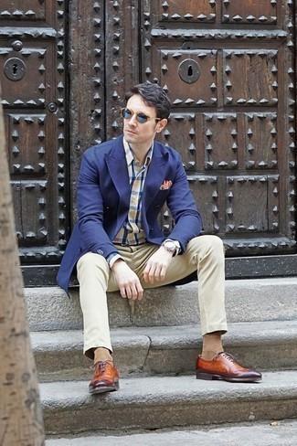 Cómo combinar unas gafas de sol azules: Usa un blazer cruzado azul marino y unas gafas de sol azules para una vestimenta cómoda que queda muy bien junta. Con el calzado, sé más clásico y usa un par de zapatos oxford de cuero en tabaco.