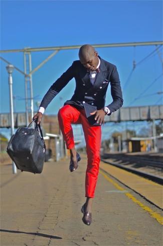 Cómo combinar: blazer cruzado azul marino, camisa de manga larga blanca, pantalón chino rojo, mocasín de cuero en marrón oscuro