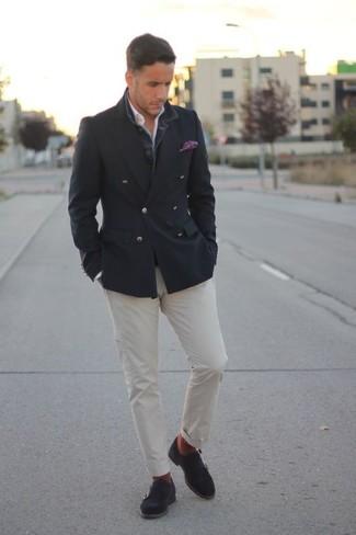 Cómo combinar: blazer cruzado en gris oscuro, camisa de manga larga blanca, pantalón chino blanco, zapatos con doble hebilla de ante en gris oscuro