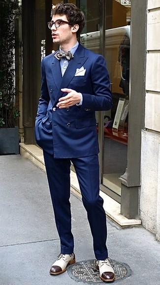 Cómo combinar: blazer cruzado azul marino, camisa de manga larga de seersucker celeste, pantalón de vestir azul marino, zapatos derby de cuero en beige