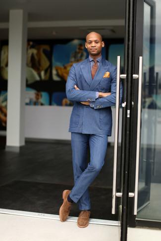 Look de moda: Blazer cruzado azul, Camisa de manga larga azul, Pantalón de vestir azul, Zapatos oxford de ante marrón claro