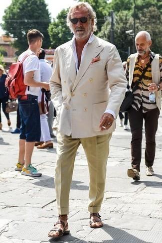 Cómo combinar una camisa: Casa una camisa junto a un pantalón de vestir marrón claro para una apariencia clásica y elegante. Sandalias de cuero en marrón oscuro contrastarán muy bien con el resto del conjunto.
