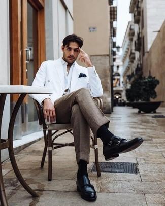 Cómo combinar unos zapatos con doble hebilla de cuero negros: Ponte un blazer cruzado blanco y un pantalón de vestir a cuadros marrón para rebosar clase y sofisticación. ¿Quieres elegir un zapato informal? Elige un par de zapatos con doble hebilla de cuero negros para el día.