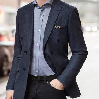 Cómo combinar: blazer cruzado en gris oscuro, camisa de manga larga de cambray gris, vaqueros negros, pañuelo de bolsillo estampado en beige