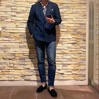 Cómo combinar: blazer cruzado azul marino, camisa de manga larga de cuadro vichy en blanco y azul marino, vaqueros azul marino, mocasín de terciopelo negro