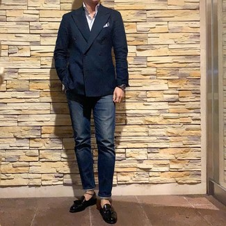 Cómo combinar: blazer cruzado azul marino, camisa de manga larga de rayas verticales blanca, vaqueros azul marino, mocasín con borlas de cuero negro