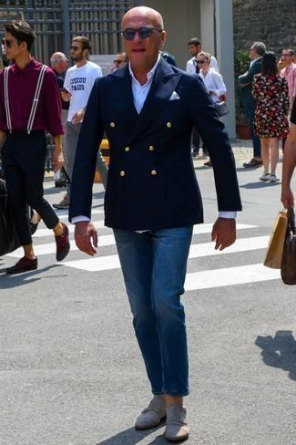 Cómo combinar unas gafas de sol azul marino: Haz de un blazer cruzado azul marino y unas gafas de sol azul marino tu atuendo para un look diario sin parecer demasiado arreglada. Completa tu atuendo con zapatos con doble hebilla de ante grises para mostrar tu inteligencia sartorial.