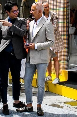 Cómo combinar unos vaqueros grises: Considera ponerse un blazer cruzado gris y unos vaqueros grises para lograr un look de vestir pero no muy formal. Elige un par de zapatos con hebilla de cuero en marrón oscuro para mostrar tu inteligencia sartorial.