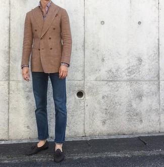 Un mocasín con borlas de vestir con unos vaqueros azul marino: Si buscas un estilo adecuado y a la moda, elige un blazer cruzado marrón claro y unos vaqueros azul marino. Luce este conjunto con mocasín con borlas.