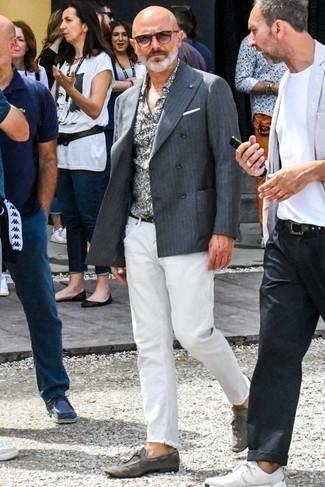 Cómo combinar un blazer cruzado con un mocasín con borlas: Considera emparejar un blazer cruzado con unos vaqueros blancos para lograr un estilo informal elegante. Luce este conjunto con mocasín con borlas.