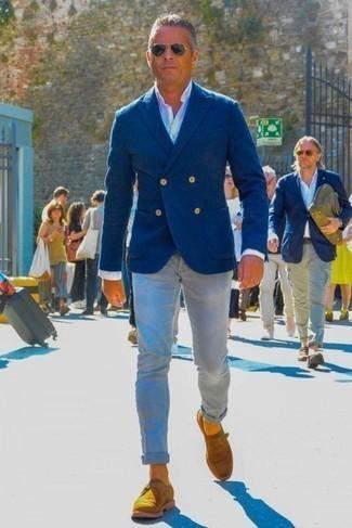 Cómo combinar un blazer cruzado azul: Elige un blazer cruzado azul y unos vaqueros grises para después del trabajo. ¿Te sientes valiente? Elige un par de zapatos con hebilla de ante en tabaco.