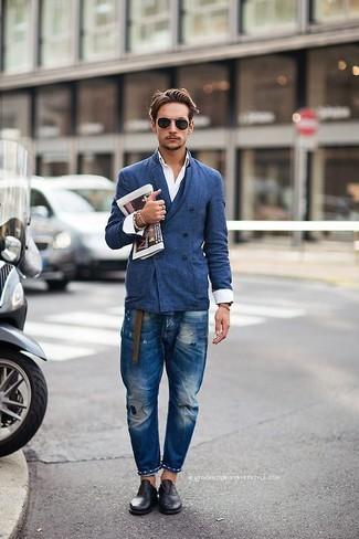 Opta por un blazer cruzado azul y unos vaqueros desgastados azules para un almuerzo en domingo con amigos. Dale un toque de elegancia a tu atuendo con un par de zapatos oxford de cuero negros.