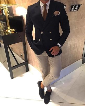 Cómo combinar: blazer cruzado negro, camisa de vestir blanca, camisa de vestir en beige, zapatos con doble hebilla de ante en marrón oscuro