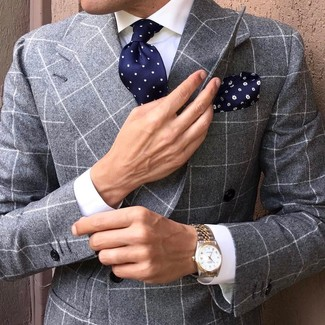 Cómo combinar: blazer cruzado a cuadros gris, camisa de vestir blanca, corbata a lunares azul marino, pañuelo de bolsillo con print de flores azul marino