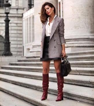 Cómo combinar un blazer cruzado gris: Utiliza un blazer cruzado gris y una minifalda de cuero negra para un almuerzo en domingo con amigos. ¿Te sientes valiente? Usa un par de botas de caña alta de cuero burdeos.