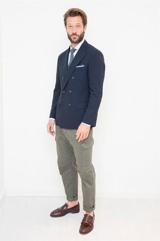 Cómo combinar un pantalón cargo gris: Haz de un blazer cruzado azul marino y un pantalón cargo gris tu atuendo para después del trabajo. Con el calzado, sé más clásico y completa tu atuendo con mocasín de cuero сon flecos marrón.