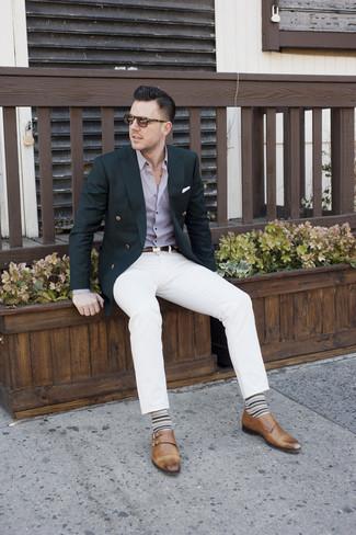 Cómo combinar: blazer cruzado negro, camisa de vestir violeta claro, pantalón chino blanco, zapatos con doble hebilla de cuero marrónes