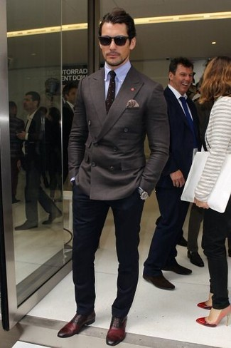 Look de David Gandy: Blazer Cruzado en Gris Oscuro, Camisa de Vestir Celeste, Pantalón Chino Azul Marino, Zapatos Oxford de Cuero Burdeos
