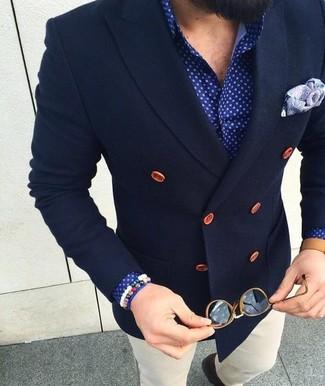 Equípate una parte de arriba azul con un pantalón chino blanco para después del trabajo.