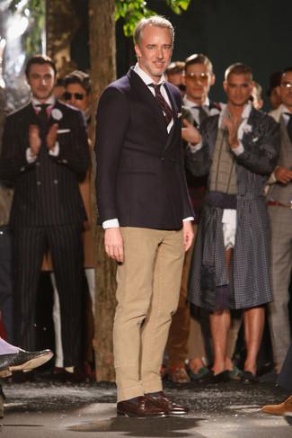 Cómo combinar: blazer cruzado negro, camisa de vestir blanca, pantalón chino marrón claro, mocasín con borlas de cuero en marrón oscuro