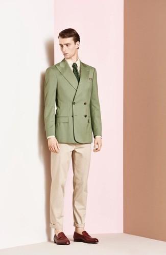 Cómo combinar: blazer cruzado verde oliva, camisa de vestir amarilla, pantalón chino en beige, mocasín de cuero burdeos