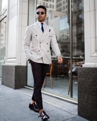 Cómo combinar: blazer cruzado gris, camisa de vestir blanca, pantalón chino negro, zapatos con doble hebilla de cuero burdeos