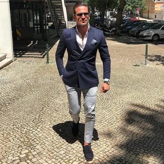 Cómo combinar: blazer cruzado azul marino, camisa de vestir blanca, pantalón chino en beige, zapatos con doble hebilla de ante negros