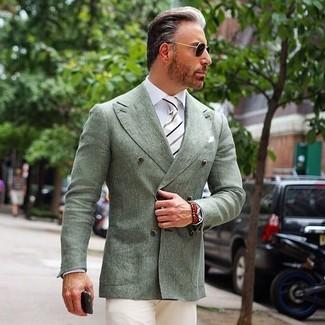 Cómo combinar: blazer cruzado en verde menta, camisa de vestir blanca, pantalón chino en beige, corbata de rayas verticales en blanco y negro