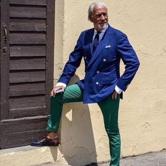 Cómo combinar: blazer cruzado azul, camisa de vestir blanca, pantalón chino verde, zapatos derby de cuero en marrón oscuro