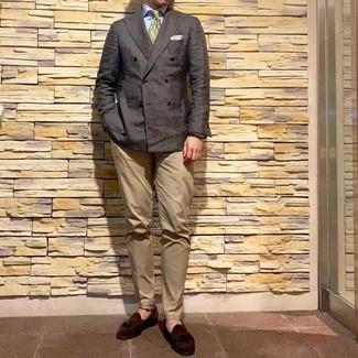 Cómo combinar: blazer cruzado en marrón oscuro, camisa de vestir celeste, pantalón chino marrón claro, mocasín con borlas de ante en marrón oscuro