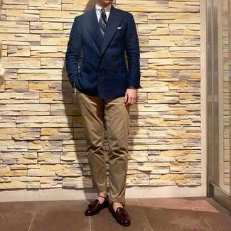 Cómo combinar: blazer cruzado azul marino, camisa de vestir blanca, pantalón chino marrón claro, mocasín con borlas de cuero burdeos