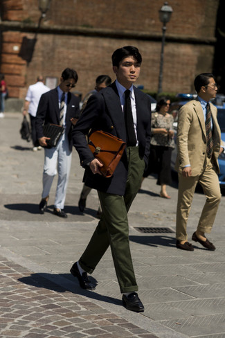 Cómo combinar una chaqueta negra: Haz de una chaqueta negra y un pantalón chino verde oscuro tu atuendo para crear un estilo informal elegante. ¿Te sientes valiente? Haz mocasín de cuero negro tu calzado.