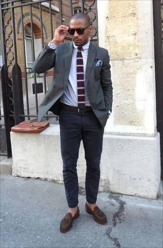 Cómo combinar un portafolio de cuero marrón: Para crear una apariencia para un almuerzo con amigos en el fin de semana intenta ponerse un blazer cruzado verde oscuro y un portafolio de cuero marrón. Dale un toque de elegancia a tu atuendo con un par de mocasín con borlas de ante en marrón oscuro.