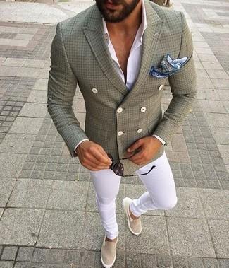 Cómo combinar un pañuelo de bolsillo estampado en blanco y azul: Usa un blazer cruzado verde oliva y un pañuelo de bolsillo estampado en blanco y azul para una apariencia fácil de vestir para todos los días. Zapatillas slip-on de lona en beige son una opción práctica para complementar tu atuendo.