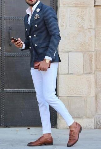 Cómo combinar un blazer cruzado de rayas verticales azul: Si buscas un estilo adecuado y a la moda, empareja un blazer cruzado de rayas verticales azul junto a un pantalón chino blanco. ¿Te sientes valiente? Elige un par de zapatos con hebilla de cuero marrónes.