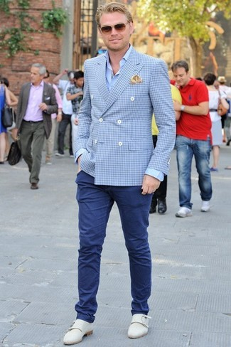 Cómo combinar: blazer cruzado de tartán azul, camisa de vestir azul, pantalón chino azul marino, zapatos con doble hebilla de cuero blancos
