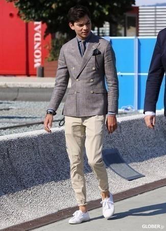 Outfits hombres en clima cálido: Si buscas un estilo adecuado y a la moda, ponte un blazer cruzado de tartán gris y un pantalón chino en beige. Tenis de lona blancos añadirán un nuevo toque a un estilo que de lo contrario es clásico.