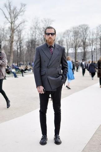 Cómo combinar una camisa de vestir gris: Equípate una camisa de vestir gris con un pantalón chino negro para lograr un look de vestir pero no muy formal. Con el calzado, sé más clásico y opta por un par de zapatos con doble hebilla de cuero negros.