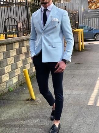 Una camisa de vestir de vestir con un mocasín con borlas negro: Si buscas un estilo adecuado y a la moda, ponte una camisa de vestir y un pantalón chino azul marino. Con el calzado, sé más clásico y completa tu atuendo con mocasín con borlas negro.