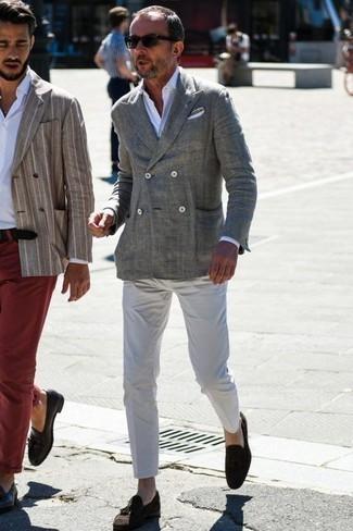 Cómo combinar un blazer cruzado con un mocasín con borlas: Opta por un blazer cruzado y un pantalón chino blanco para las 8 horas. ¿Te sientes valiente? Opta por un par de mocasín con borlas.