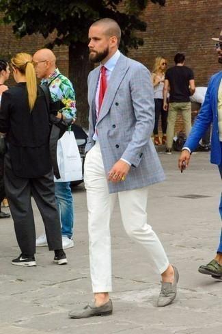 Cómo combinar un blazer cruzado con un mocasín con borlas: Ponte un blazer cruzado y un pantalón chino blanco para un lindo look para el trabajo. ¿Te sientes ingenioso? Dale el toque final a tu atuendo con mocasín con borlas.