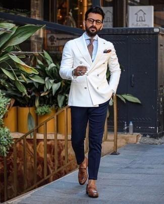 Cómo combinar un blazer cruzado blanco: Elige un blazer cruzado blanco y un pantalón chino azul marino para lograr un look de vestir pero no muy formal. Con el calzado, sé más clásico y opta por un par de mocasín de cuero marrón.