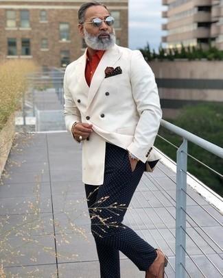 Cómo combinar un blazer cruzado blanco: Si buscas un estilo adecuado y a la moda, elige un blazer cruzado blanco y un pantalón chino a lunares azul marino. ¿Te sientes valiente? Complementa tu atuendo con zapatos derby de cuero tejidos marrónes.